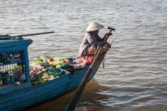 La femme avec le bateau de palette qui porte pour lancer des fruits et légumes sur le marché de petit Image libre de droits