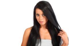 La femme avec le cheveu circulant regarde mystérieusement photo stock