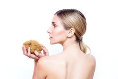 La femme avec le dos nu garde l'éponge naturelle Station thermale et beauté photos libres de droits