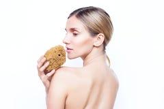La femme avec le dos nu garde l'éponge naturelle Station thermale et beauté images stock