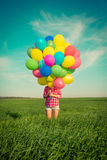 La femme avec le jouet monte en ballon au printemps le champ Photographie stock libre de droits