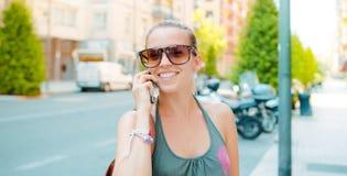 La femme avec le téléphone, parle et sourire photos libres de droits