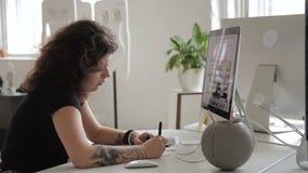 La femme avec le tatouage enregistre l'information de stylo du PC d'ordinateur banque de vidéos