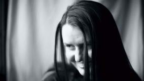 La femme avec le visage expressif regarde l'appareil-photo et rit gaiement clips vidéos