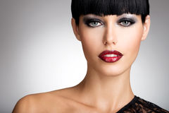La femme avec les lèvres rouges et la couleur de mode observent le maquillage Images libres de droits