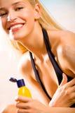 La femme avec soleil-protègent la crème Photos stock
