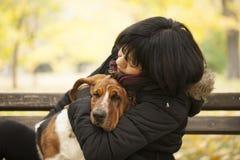 La femme avec un chien en parc Photographie stock libre de droits