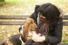 La femme avec un chien en parc Photographie stock