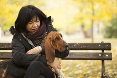 La femme avec un chien en parc Photos stock