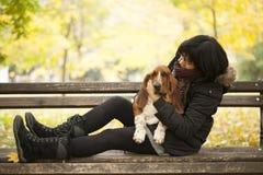 La femme avec un chien en parc Images stock