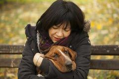 La femme avec un chien en parc Photo stock