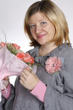 La femme avec un groupe de fleurs Image stock