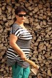 La femme avec une hache Photographie stock libre de droits