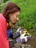 La femme avec une vue pleine des fleurs d'amour a planté Photos libres de droits