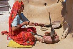 La femme aveugle fait les travaux domestiques dans Jamba, Inde Photographie stock