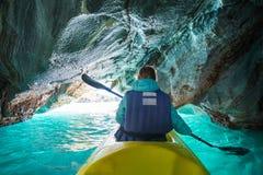 La femme barbote le kayak images libres de droits