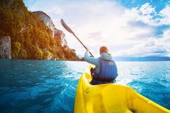 La femme barbote le kayak sur le lac du Général Carrera photographie stock
