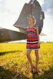 La femme beautyful de mode dans la robe reste près du vieil avion photo libre de droits