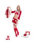 La femme beautyful heureuse dans le père noël rouge vêtx avec des paniers Photographie stock libre de droits