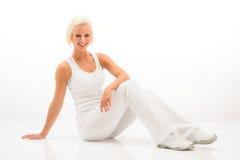 La femme blanche de forme physique détendent à l'exercice de Pilates Photos stock
