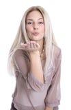 La femme blonde attirante envoie un baiser de vol dans l'isola d'air Image stock