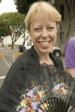 La femme blonde avec des sourires de fan à la vieille fiesta espagnole de jours a tenu chaque août en Santa Barbara, la Californi Photographie stock libre de droits