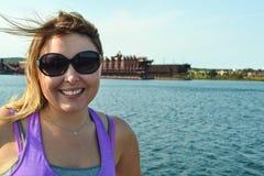 La femme blonde pose par les docks de minerai dans deux ports Minnesota le long du lac Supérieur image libre de droits