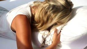 La femme blonde se réveillant et ne veut pas se lever banque de vidéos