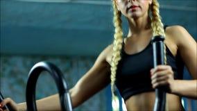 La femme blonde sur le gymnase de pas banque de vidéos