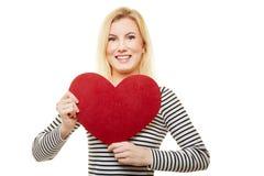 La femme blonde tient le coeur pour le jour du ` s de mère images stock