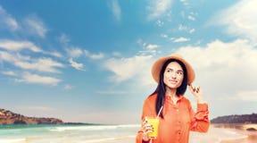 La femme boit du fruit frais de jus photographie stock libre de droits