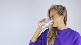 La femme boit l'eau banque de vidéos