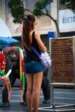 La femme bouddhiste prie, près du grand centre commercial, Bangkok Images stock