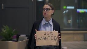 La femme bouleversée s'asseyant avec le travail de carton a voulu le connexion la rue banque de vidéos