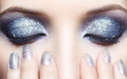 La femme brillante observe le maquillage Photos libres de droits