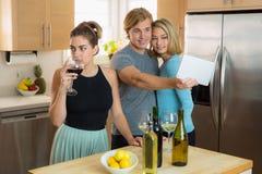La femme célibataire envieuse s'ennuie avec les personnes à une partie jalouse au sujet de son ami et de sa date ayant l'amusemen Photo libre de droits