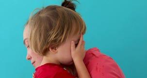 La femme calme le fils pleurant banque de vidéos