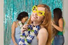 La femme caucasienne porte les lunettes drôles À l'arrière-plan un Ca Photographie stock libre de droits