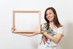 La femme châtain heureuse assez européenne avec la peau propre saine s'est habillée dans le longsleeve occasionnel sur un fond bl photo stock
