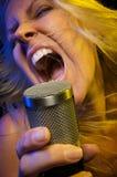 La femme chante avec passion Image stock