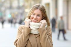 La femme a chaudement vêtu regarder un côté en hiver dans la rue photos stock