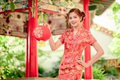 La femme chinoise asiatique en papier de rouge de prise de chinois traditionnel Photos stock