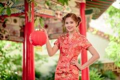 La femme chinoise asiatique en papier de rouge de prise de chinois traditionnel Images stock