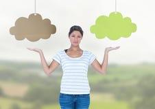 La femme choisissant ou décidant opacifie avec les mains ouvertes de paume Image stock