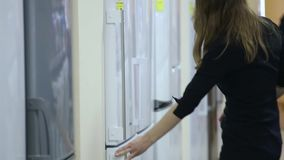 La femme choisit le réfrigérateur supermarché banque de vidéos