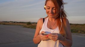La femme choisit la musique sur le joueur avant la formation banque de vidéos