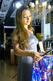 La femme choisit une robe dans une boutique photo libre de droits