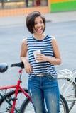 La femme colombienne latine riante de sourire de fille de jeune hippie avec le plomb de cheveux courts dans le bleu a déchiré des Photos stock