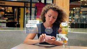 La femme communiquent dans le media social Icônes animées banque de vidéos