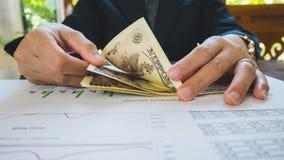 La femme compte l'argent avec le concept financier de papier de déclaration photo libre de droits